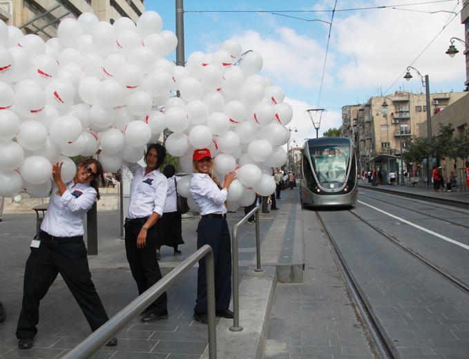 פעילות דיילים ברחוב יפו להשקת מרכז השירות של הרכבת הקלה בירושלים