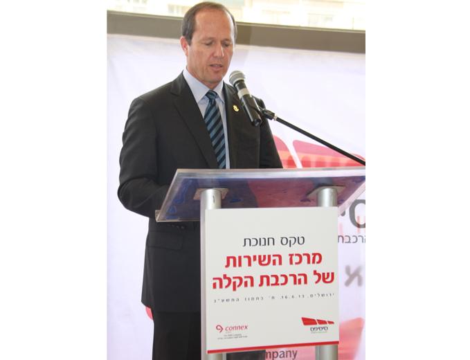 פודיום נואמים ממותג אירוע השקת מרכז השירות של הרכבת הקלה בירושלים